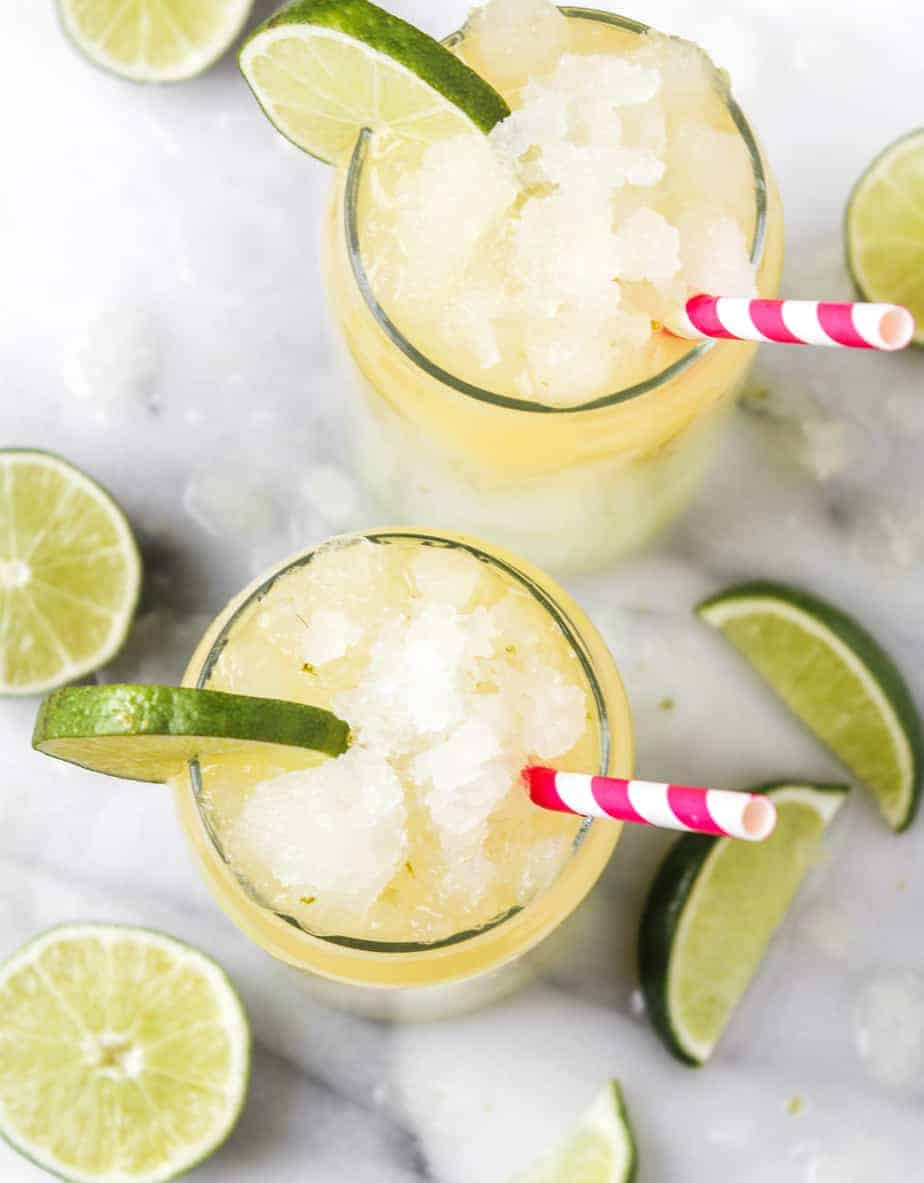 corona cocktail with limes and ice